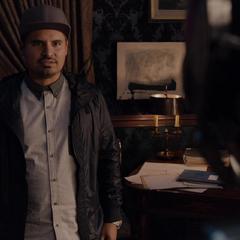 Luis ve asombrado a Lang con el traje.