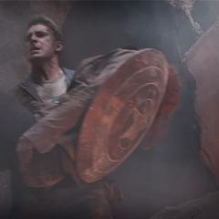 Rogers saca a Romanoff de los escombros de la explosión.