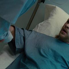 Thor es tratado en el hospital.
