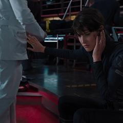 Hill se informa sobre la muerte de Coulson.