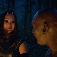 Mantis le sonríe a Drax.