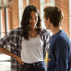 Parker invita a Elizabeth al baile de la escuela.