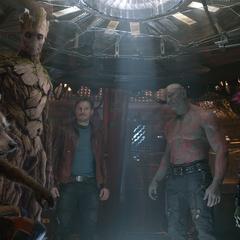 Groot apoya el plan de Quill para vencer a Ronan y recuperar el Orbe.