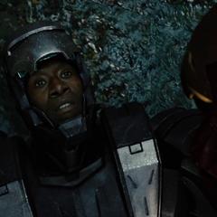 Rhodes habla con Stark tras vencer a los Hammer Droides.