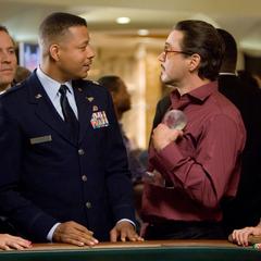 Stark recibe el premio por Rhodes en el casino.
