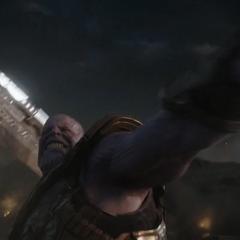 Thanos a punto de lanzar su Espada de Doble Filo.