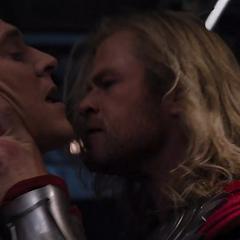 Thor se lleva a Loki del Quinjet.