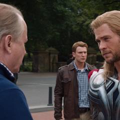 Thor se despide de sus amigos.