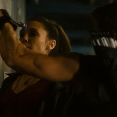 Barton inmoviliza a Wanda con una flecha.