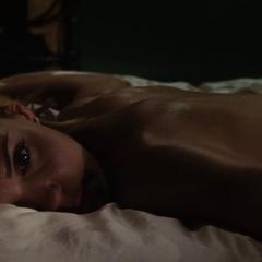 Everhart se despierta en la cama de Stark.