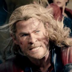 Thor lucha contra los Centinelas de Ultrón.