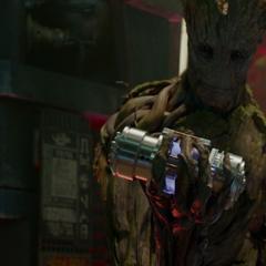 Groot remueve la batería de la prisión.