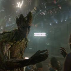Groot llega a Knowhere y le regala una flor a una niña.