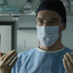 Strange a punto de realizar una cirugía.