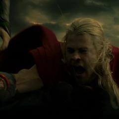 Thor engaña a Malekith fingiendo que Loki lo traicionó.