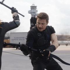 Barton y Romanoff luchan en el aeropuerto.