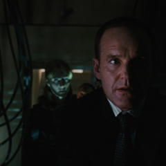 Coulson y Potts se infiltran en el laboratorio de Stane.
