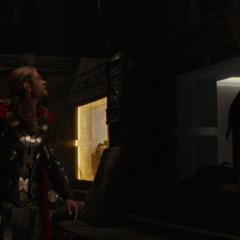 Fandral y Thor sienten la llegada de los Elfos Oscuros.