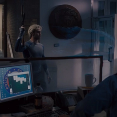 Pietro le ordena a la policía evacuar a los civiles.