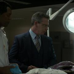 Talos y Fury analizan el cadáver de un Skrull.