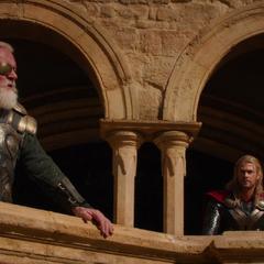 Odín le pide a Thor celebrar su victoria.