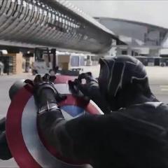 Rogers utiliza su escudo para protegerse de T'Challa.