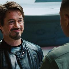 Stark informa a Rhodes de su nuevo proyecto.