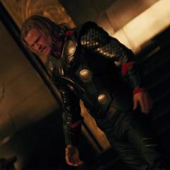 Thor tira la mesa tras su discusión con Odín.