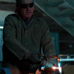 Toomes cortando metal como parte de su trabajo.