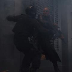 Fury derriba a un soldado de Loki.