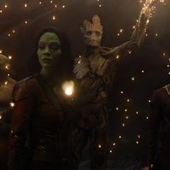 Groot crea unas esporas bioluminosas para iluminar el aérea.