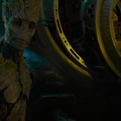Groot no puede entrar en la capsula y espera a Rocket en Knowhere.