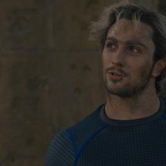 Pietro le recuerda a Wanda que él es el hermano mayor.