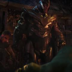Thanos es golpeado por Thor.