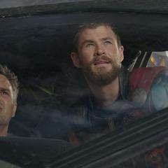 Banner es informado por Thor de la situación.