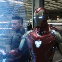 Barton y Stark se ponen a cubierto.
