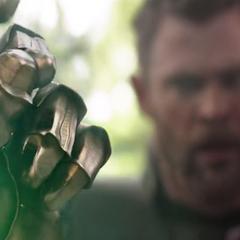 Thanos logra chasquear sus dedos.