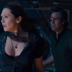Banner y Wanda durante el nacimiento de Visión.