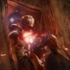 Stark recibe una ráfaga de energía de Ultrón.