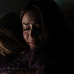 Skye abraza a Simmons en el Autobús.