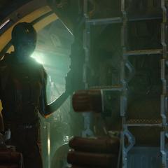 Nebula encuentra a Stark acostado en el suelo.
