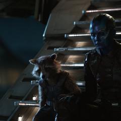 Rocket y Nebula lamentan la muerte de los demás Guardianes de la Galaxia.