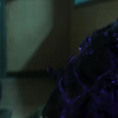 T'Challa se coloca su Hábito de Pantera durante la fuga.