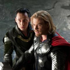 Loki intenta evitar que Thor confronte a Laufey.