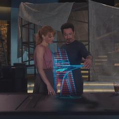 Potts y Stark ven los planos de la Torre de los Vengadores.
