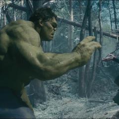 Romanoff arrulla a Hulk para que se transforme en Bruce Banner.