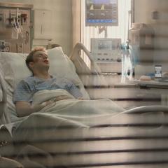 Rogers es llevado al hospital tras la Batalla en el Triskelion.