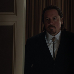 Hogan deja a Stark y Hansen a solas.