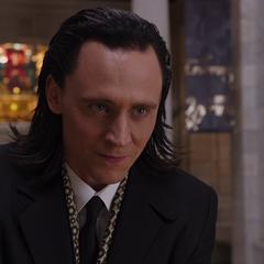 Loki somete violentamente a Heinrich Schafer.
