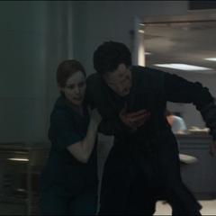 Palmer lleva a Strange a un quirófano.